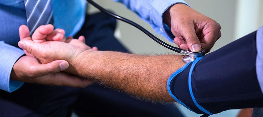Quais são os riscos da hipertensão para a saúde vascular?